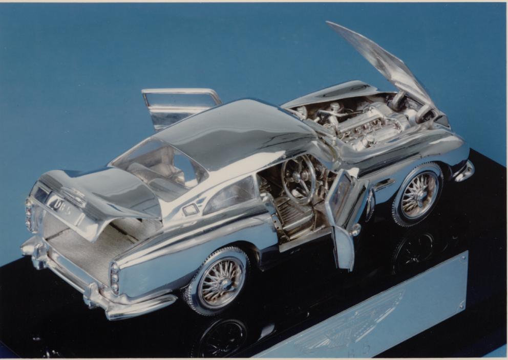 Silver Aston Martin 1:18 scale DB5